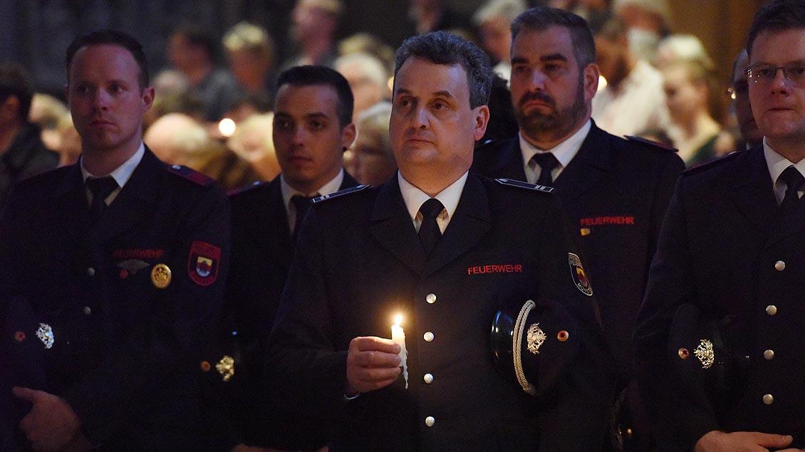 Auch die  Feuerwehren, die im Einsatz waren, sind in den Dom gekommen. | Foto: Michael Bönte
