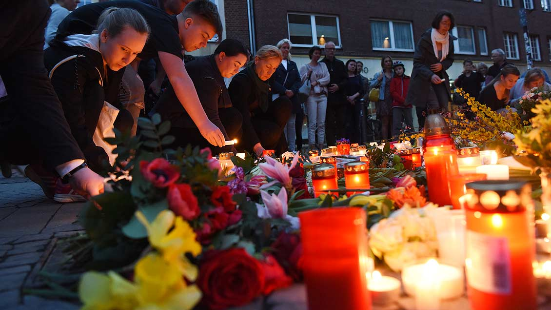 Immer mehr Kerzen erleuchten den Platz der Amokfahrt am Kiepenkerl in Münsters Altstadt. | Foto: Michael Bönte