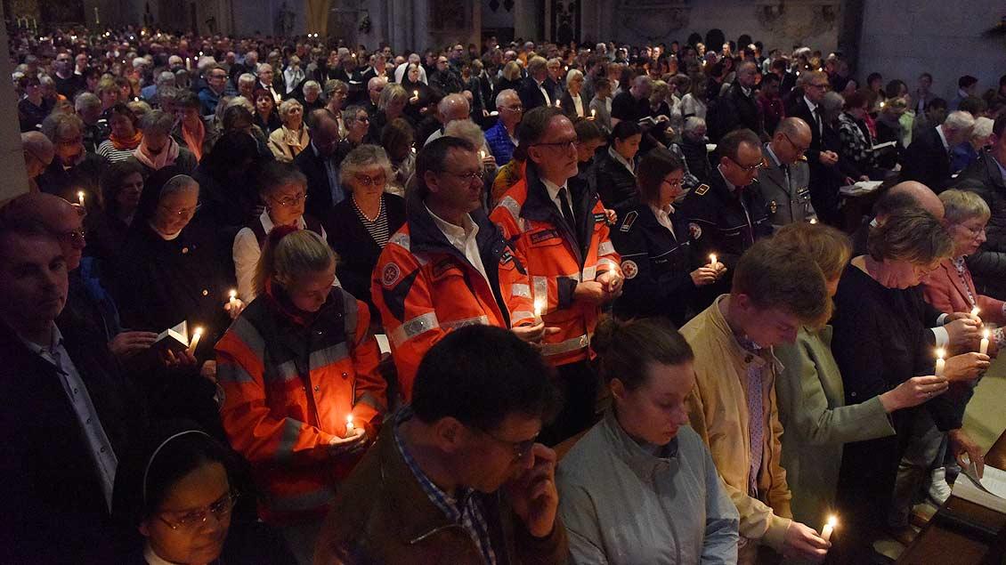 Im Dom in Münster haben die Menschen ihre Kerzen entzündet. | Foto: Michael Bönte