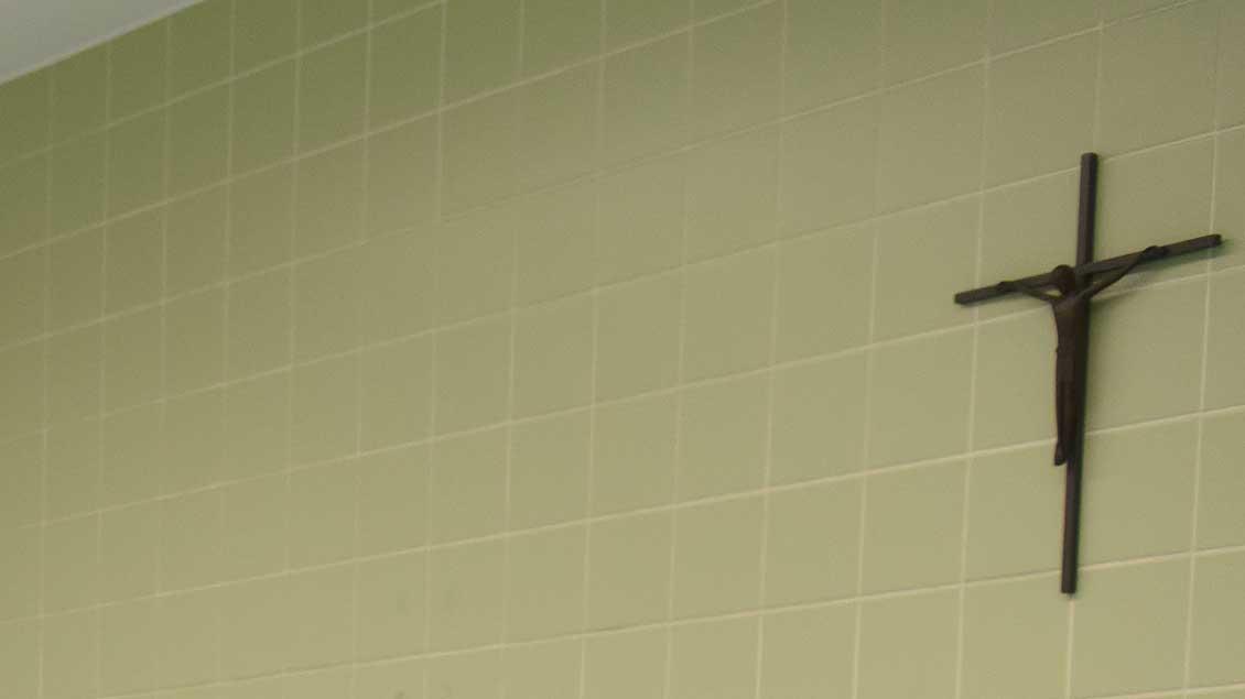 Kreuze an der Wand sollen im Eingangsbereich bayerischer Behörden zur Pflicht werden.