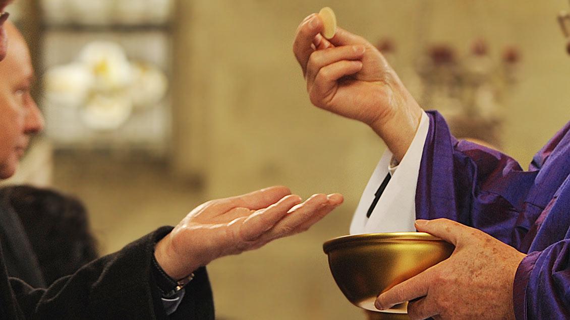 Sollen protestantische Ehepartner in Einzelfällen die Kommunion empfangen dürfen?