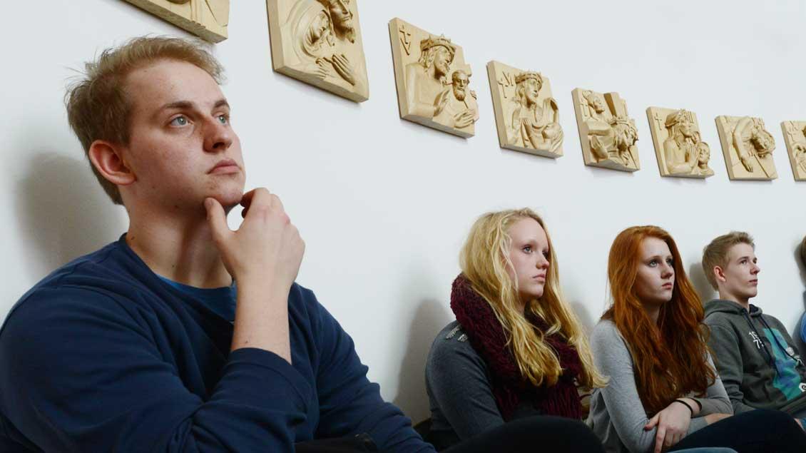 Viele Jugendliche glauben an Gott, aber halten sich nicht für religiös. Hier ein Bild aus einer Firmvorbereitung.