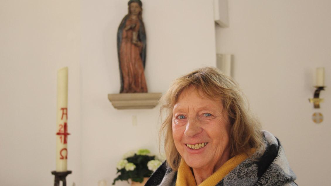 Annegret Laakmann vor der Statue der Maria Magdalena in ihrer Heimatkirche St. Maria Magdalena in Haltern-Flaesheim.