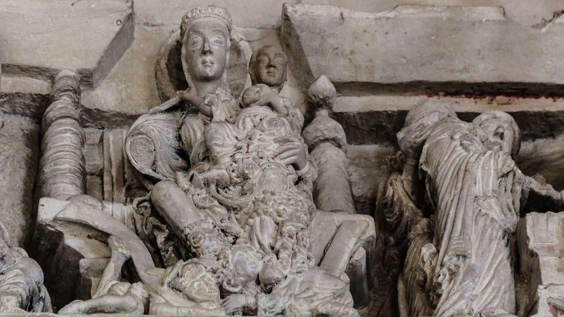 Das Relief zeigt die thronende Gottesmutter. Ihre Füße sind auf die vor ihr kauernden Männer als Verkörperung des Judentums (links) und des Heidentums (rechts) gelegt.