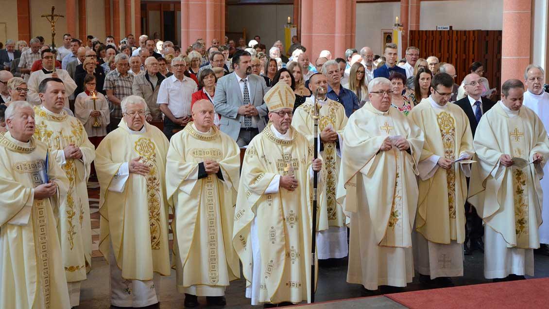 Viele polnisch-sprachige Gläubige waren in die Recklinghäuser St.-Marien-Kirche gekommen, um gemeinsam mit dem emeritierten Weihbischof Dieter Geerlings (Mitte) die Errichtung der neuen katholischen polnischen Mission Recklinghausen zu feiern.
