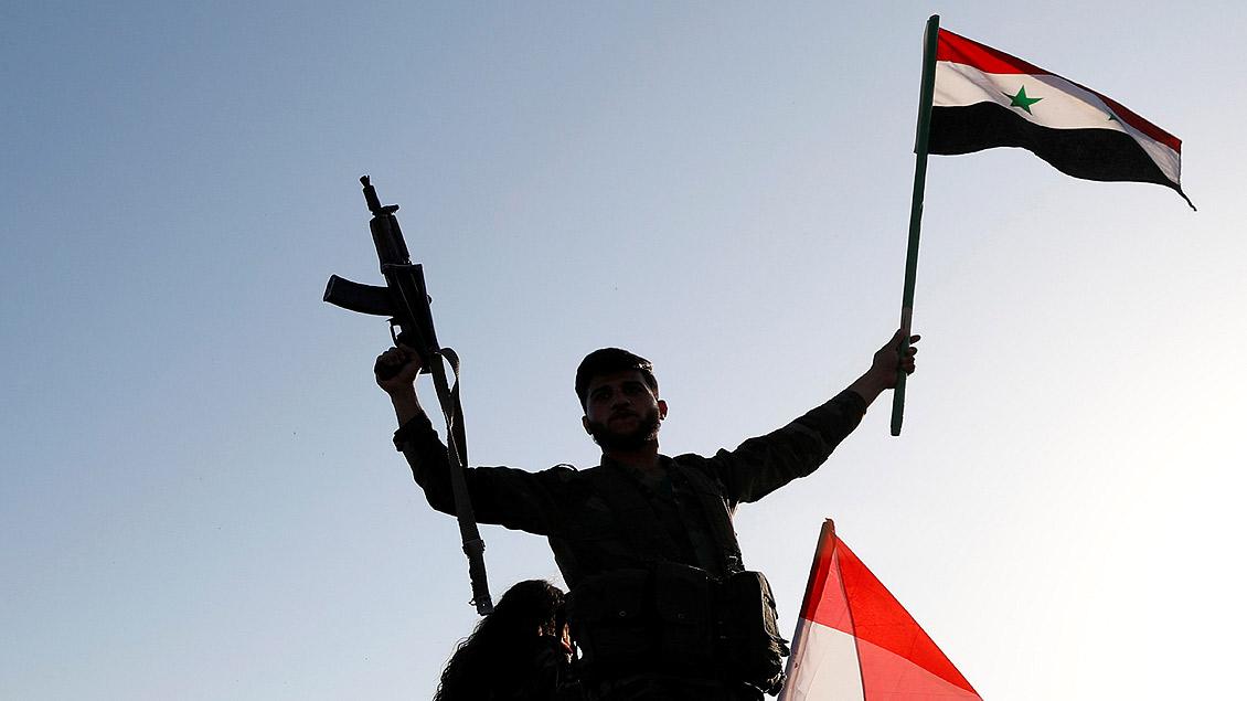 Ein syrischer Soldat protestierte am Samstagmorgen gegen einen Luftangriff auf Damaskus.