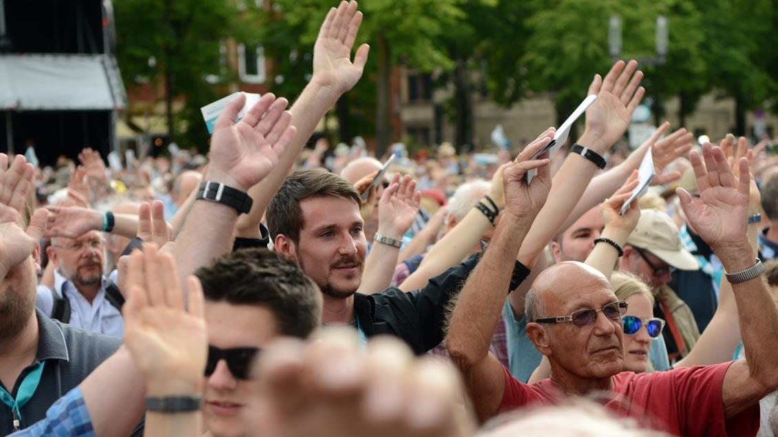 Beste Stimmung bei der Eröffnung des Katholikentags auf dem Domplatz. | Foto: Michael Bönte