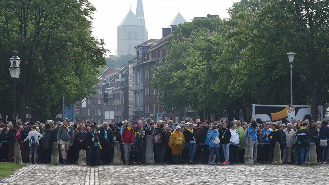 Rund 25.000 Gläubige feierten den Gottesdienst auf dem Münsteraner Schlossplatz mit - einige sogar vor dem Platz.   Foto: Michael Bönte.