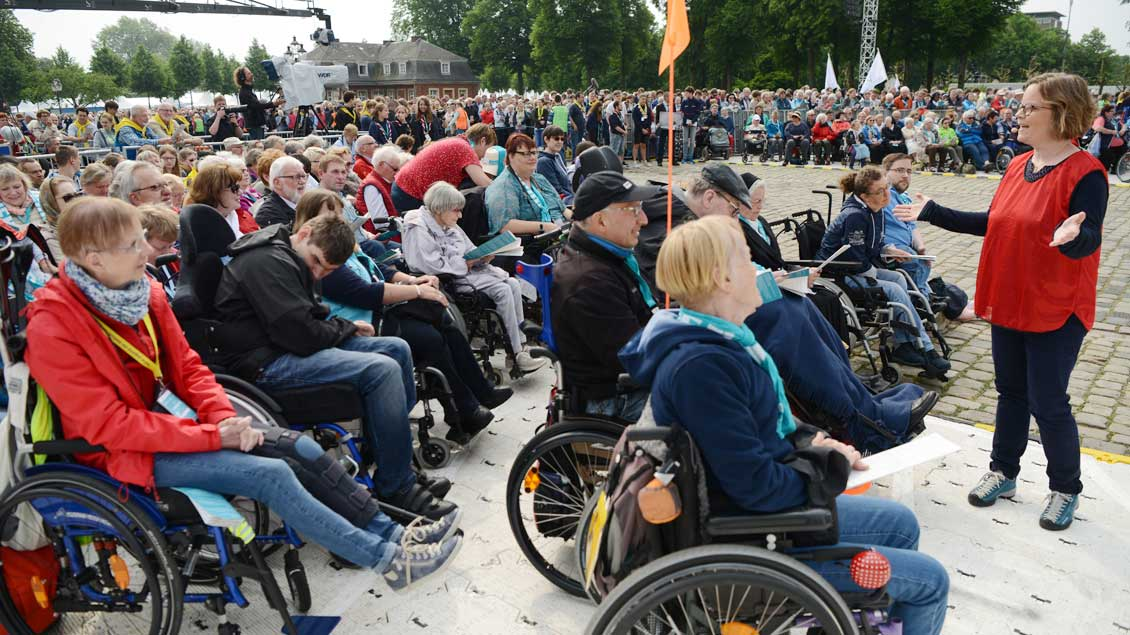 Viele Menschen mit Behinderung nahmen an dem Gottesdienst teil. Für Hörgeschädigte war eine Gebärden-Dolmetscherin im Einsatz.   Foto: Michael Bönte.