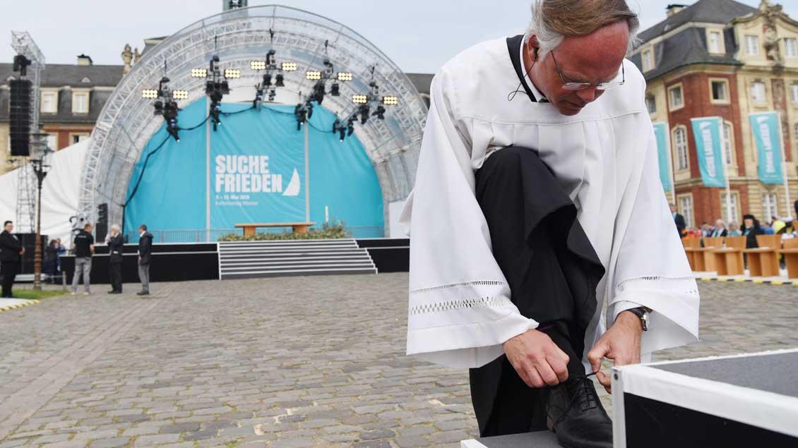 Domkapitular Klaus Winterkamp, Beauftragter des Bistums Münster für den Katholikentag, löst die letzte Herausforderung vor Beginn des Gottesdienstes.   Foto: Michael Bönte.