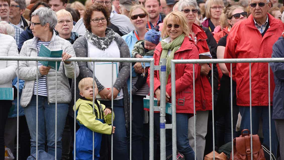 Rund 25.000 Menschen feierten den Gottesdienst vor Münsters Schloss mit.   Foto: Michael Bönte.