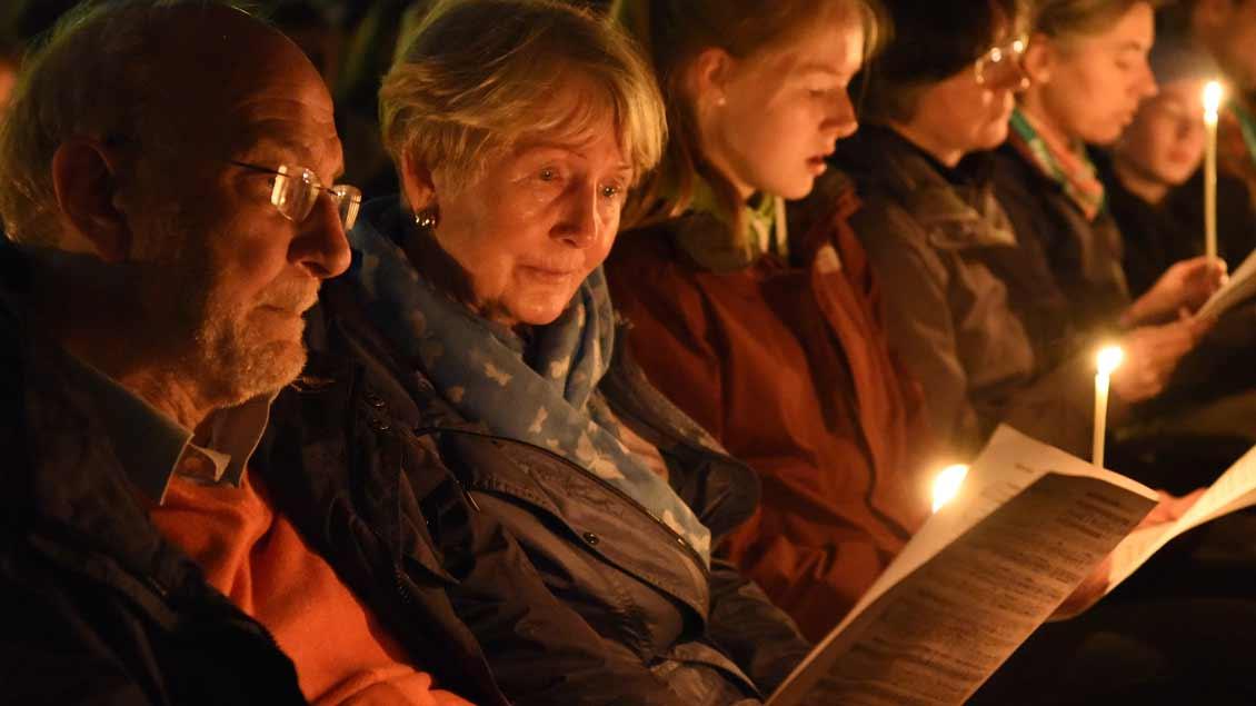 Schweigen, singen, beten: Stimmungsvoller Gottesdienst mit der Gemeinschaft von Taizé. | Foto: Michael Bönte