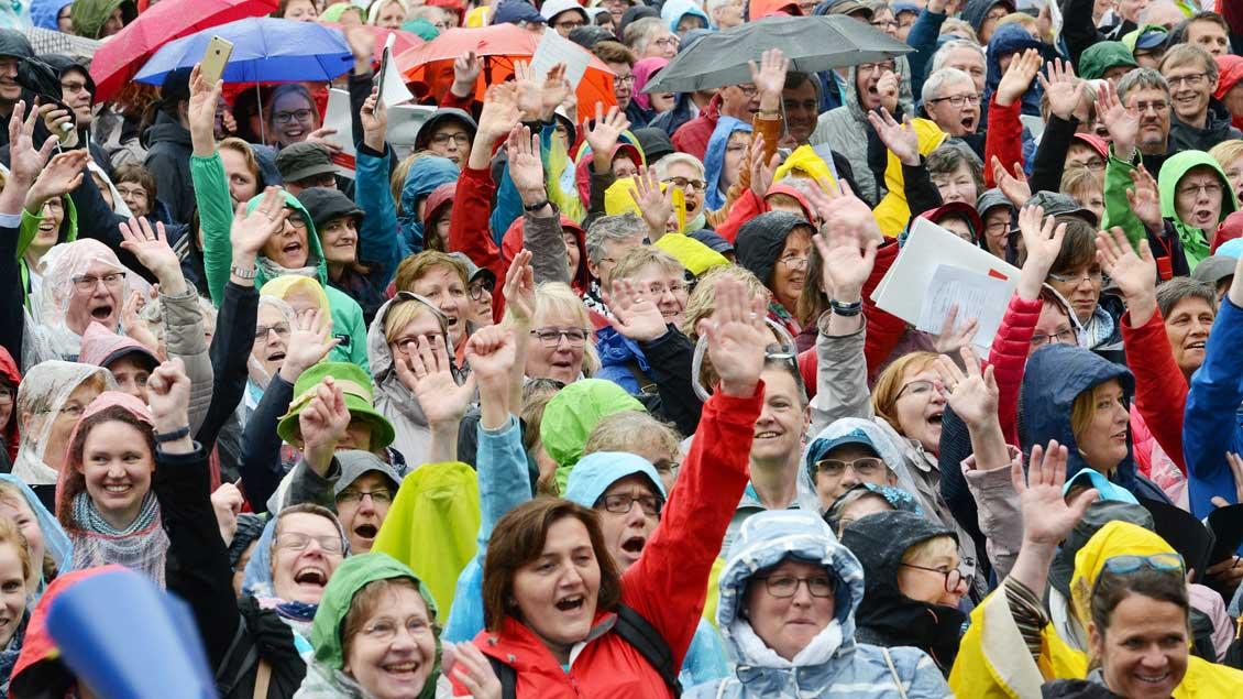 Eindrücke vom großen Konzert auf dem Münsteraner Domplatz, an dem mehr als 4300 Sängerinnen und Sänger aus 138 Chören des Bistums Münster teilgenommen haben. | Foto: Michael Bönte
