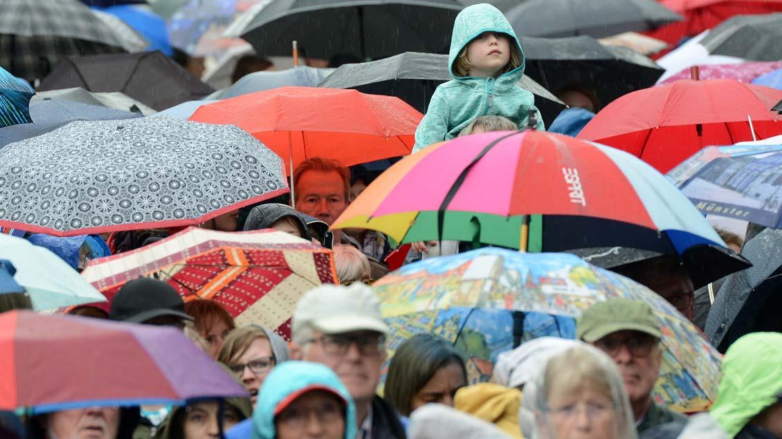 Eindrücke vom großen Konzert auf dem Münsteraner Domplatz, an dem mehr als 4300 Sängerinnen und Sänger aus 138 Chören des Bistums Münster teilgenommen haben.| Foto: Michael Bönte