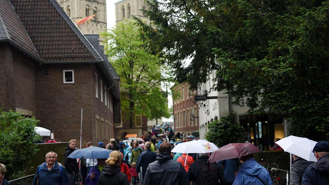 Randbeobachtungen am zweiten Tag des Katholikentags in Münster, hier zwischen Überwasserkircheplatz und Dom. | Foto: Michael Bönte
