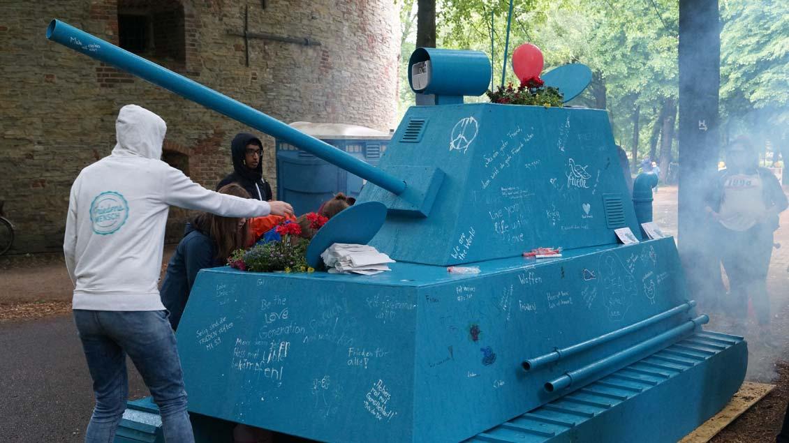Friedensbotschaften können bis Samstag auf dem Panzer geschrieben werden, bis er dann zersägt wird und jeder sich sein Stück Frieden mit nach Hause nehmen kann.