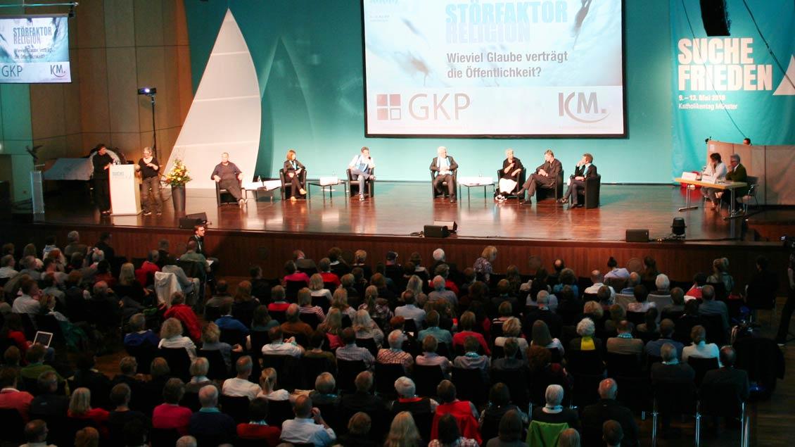 """Voll besetzter Kongress-Saal der Halle Münsterland beim Katholikentags-Podium """"Störfaktor Religion""""."""