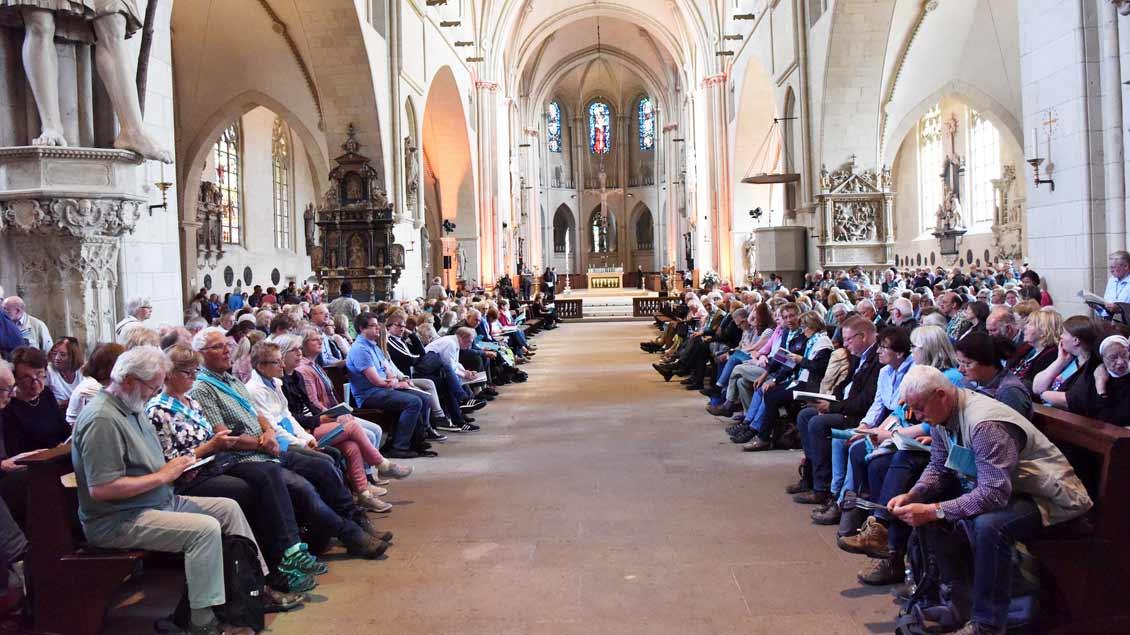 Ungewohnte Sitzordnung: Zum zentralen ökumenischen Gottesdienst im Münsteraner Dom wurden die Bänke nicht zum Altarraum, sondern zum Mittelgang hin ausgerichtet. | Foto: Michael Bönte