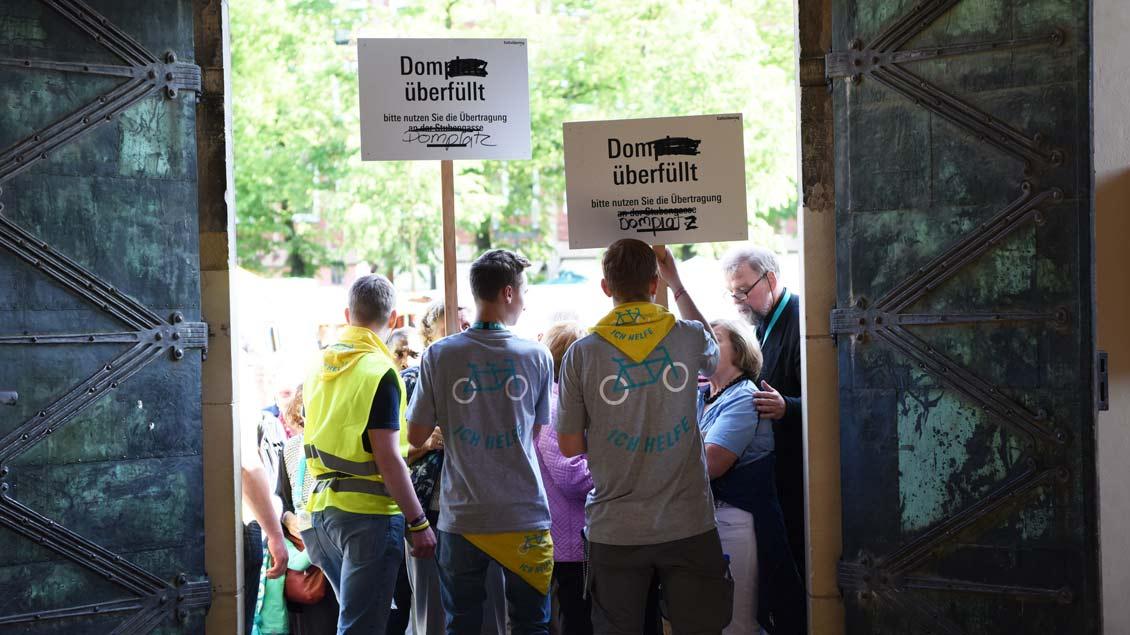 Bis auf den letzten Platz besetzt: zentraler ökumenischer Gottesdienst im Münsteraner Dom. | Foto: Michael Bönte