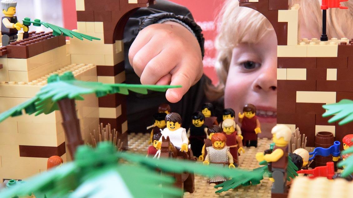 Kinder spielen mit Lego den Einzug Jesu in Jerusalem nach. | Foto: Michael Bönte