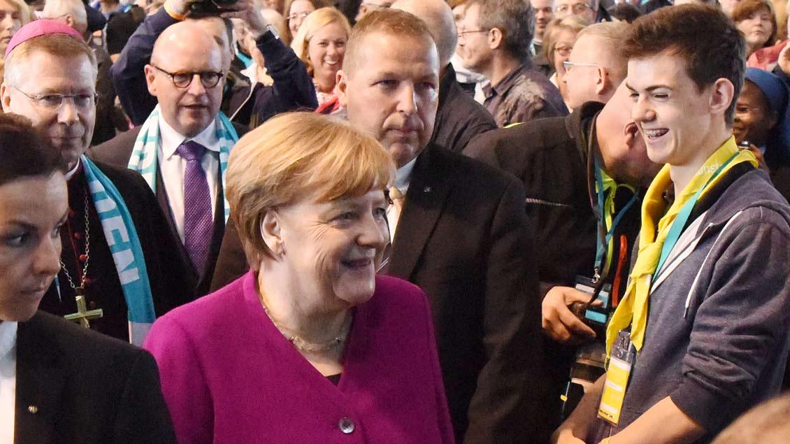 Bundeskanzlerin Angela Merkel zu Gast auf dem Katholikentag, links der münstersche Weihbischof Stefan Zekorn. | Foto: Michael Bönte