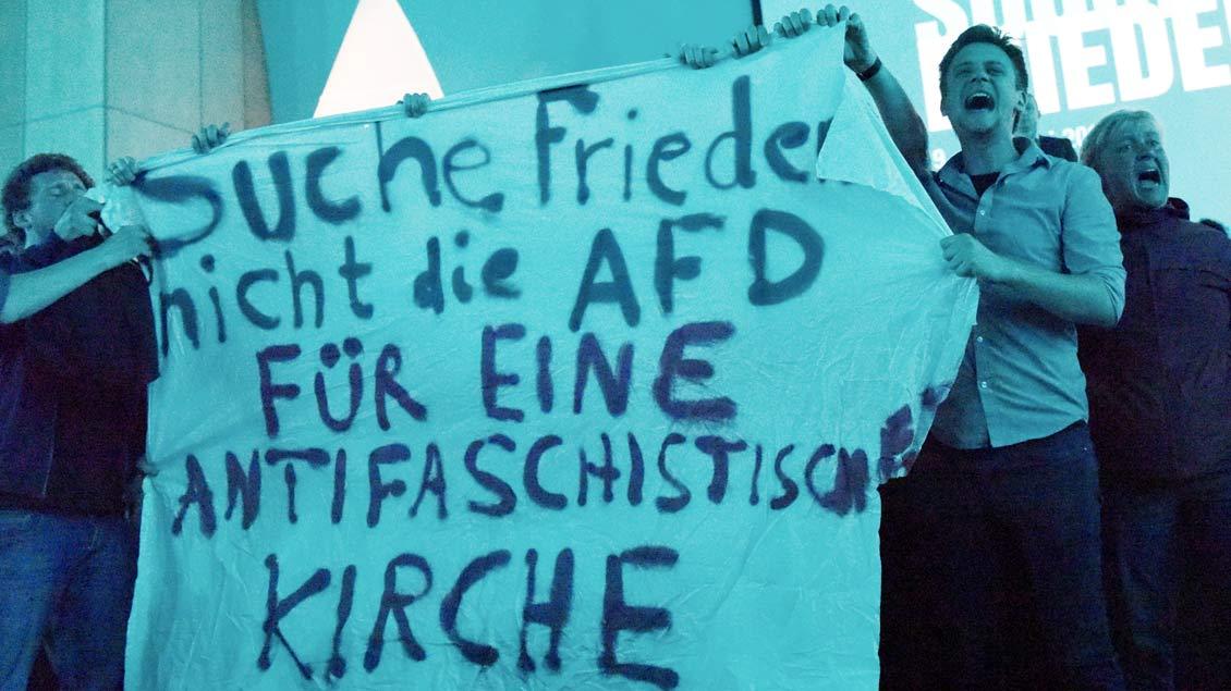 Proteste gegen das Mitwirken der AfD gab es auch im Saal zu Beginn der Diskussion selbst.