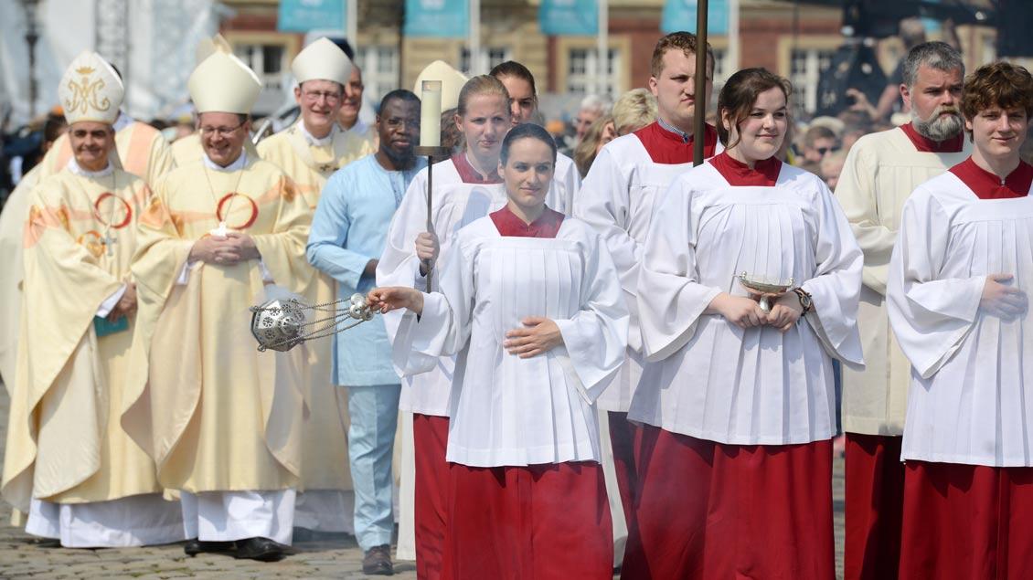 Mehr als 30.000 Katholikentags-Teilnehmer feierten am Sonntag den Abschlussgottesdienst vor dem Schloss in Münster mit. | Foto: Michael Bönte