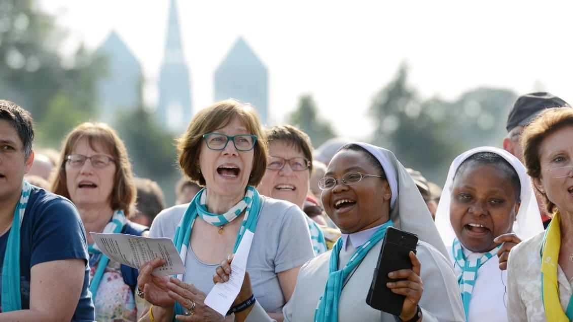 Fröhliche Stimmung beim Abschlussgottesdienst des Katholikentages in Münster. | Foto: Michael Bönte