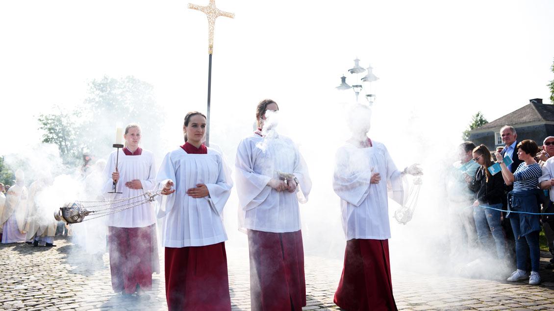 Messdiener mit viel Weihrauch beim Abschlussgottesdienst des Katholikentages vor dem Schloss in Münster. | Foto: Michael Bönte