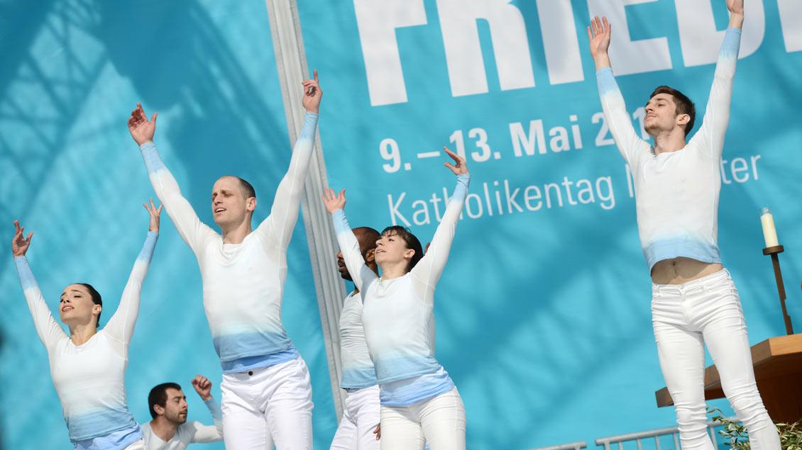 Mitglieder des TanzTheaters Münster beim Abschlussgottesdienst des Katholikentages in Münster.