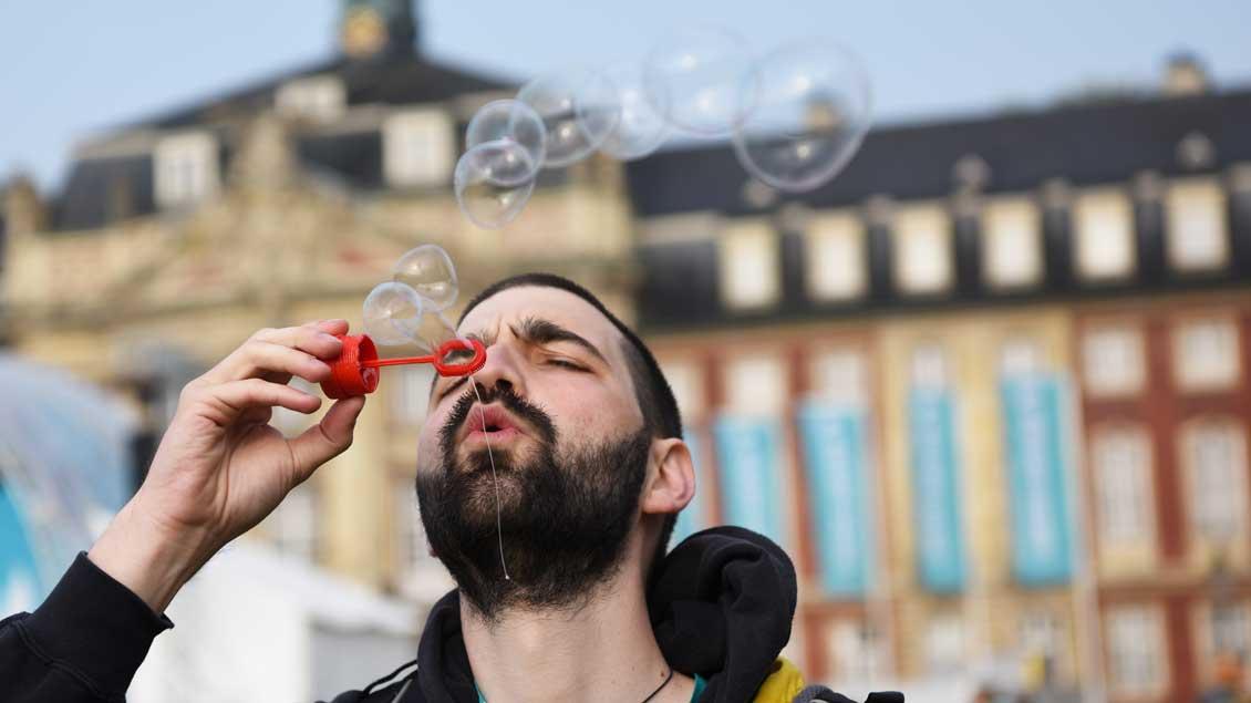 Friedenspfeife? Auf jeden Fall ein Hauch von Leichtigkeit auf dem Schlossplatz von Münster. | Foto: Michael Bönte.