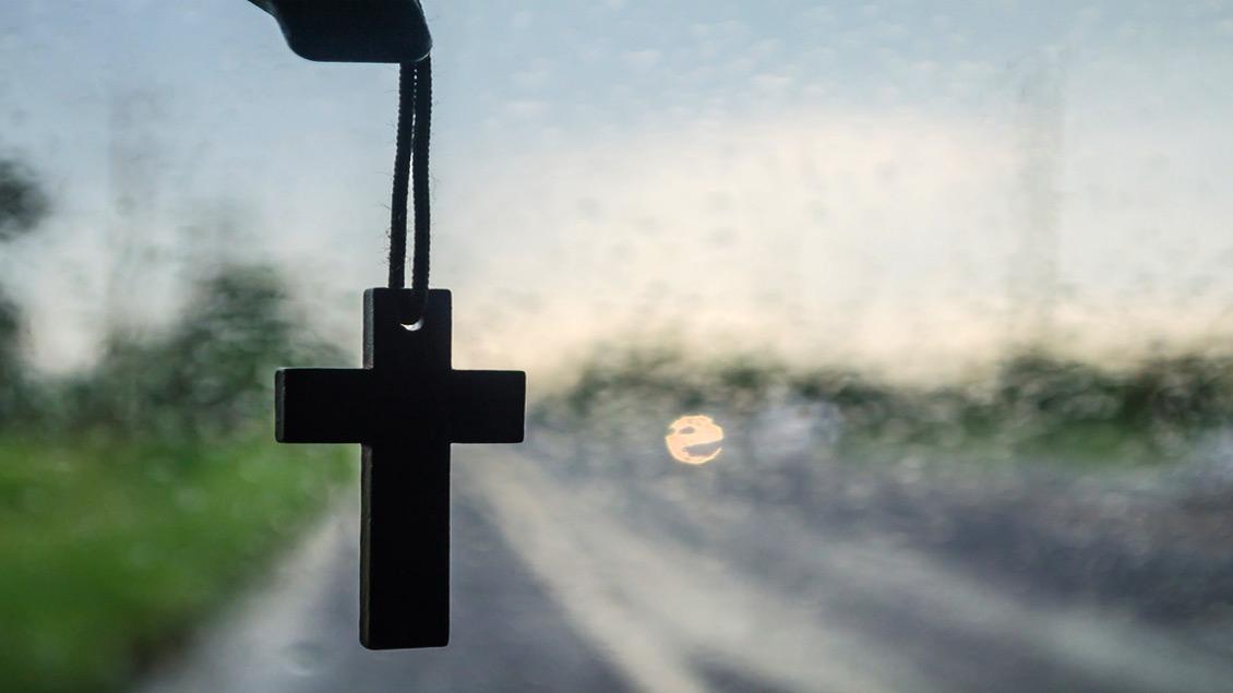 Ein Kreuz am Autospiegel oder eine Christophorus-Plakette am Armaturenbrett: Ausdruck des christlichen Glaubens.