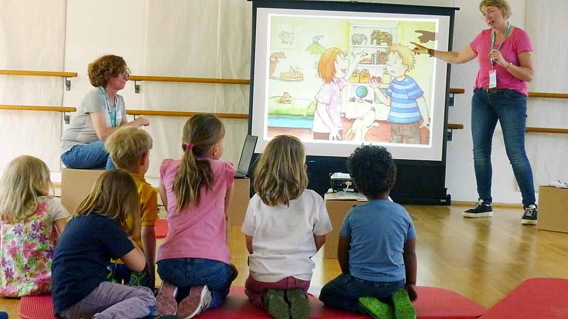Sabine Orth erzählt die Kindergeschichte von Leon und Klara.
