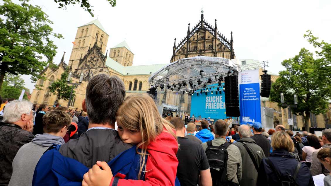Mehr als 10000 Kinder, Jugendliche und Erwachsene haben an Christi Himmelfahrt einen Gottesdienst auf dem Domplatz in Münster gefeiert.