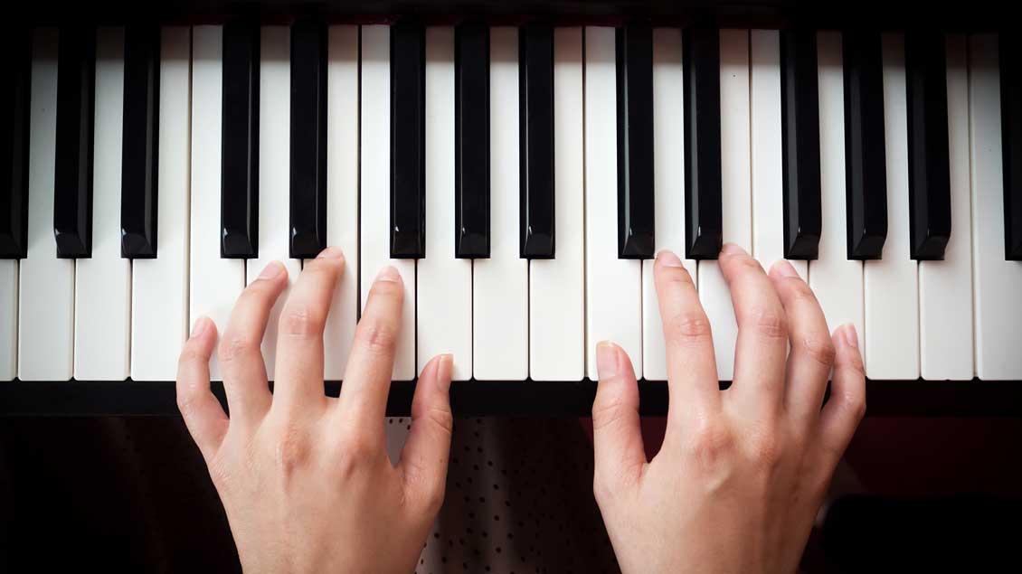 Am Klavier entstand das Lied.
