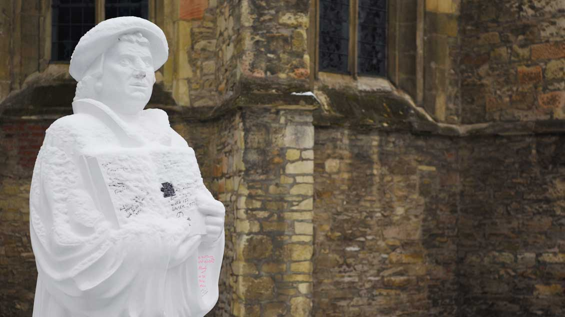 Statue von Martin Luther. Der Reformationstag erinnert an die von ihm ausgelöste Entstehung der evangelischen Kirchen. Foto: Michael Bönte