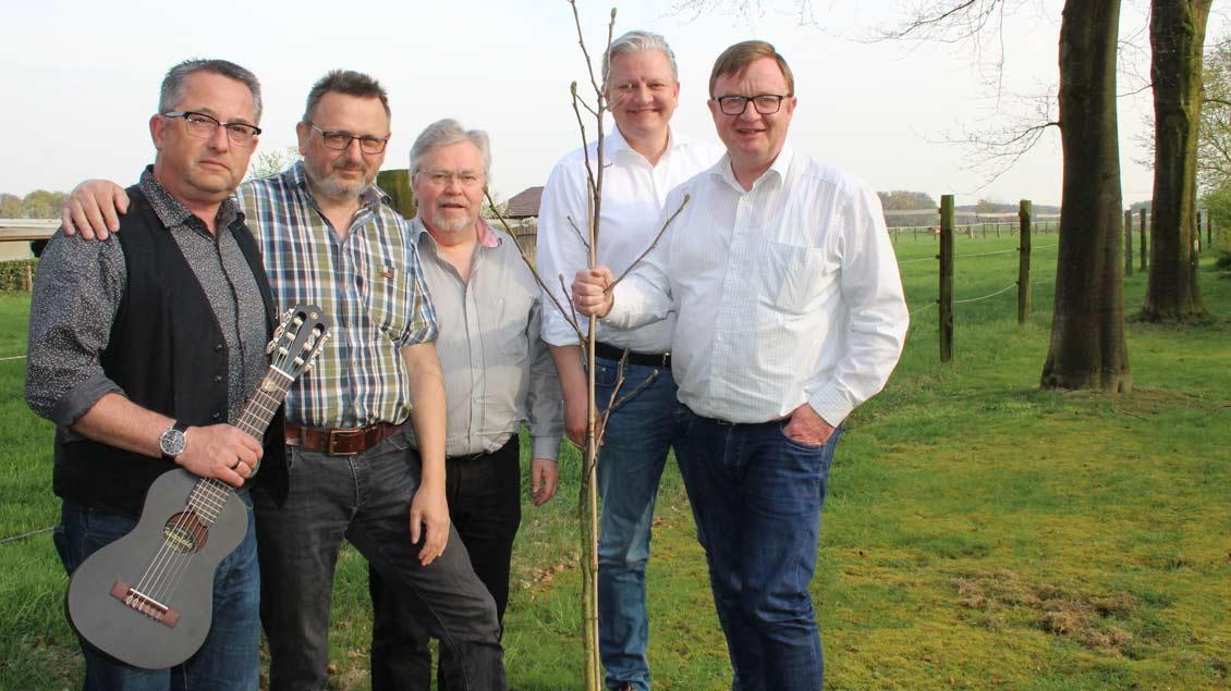 Startklar für die Pilgerwanderung zum Katholikentag sind (von links) Bernhard Blicker (53), Hermann Epping (60), Heinrich Schick (64), Markus Haick (50) und Andreas Mäsing (53).