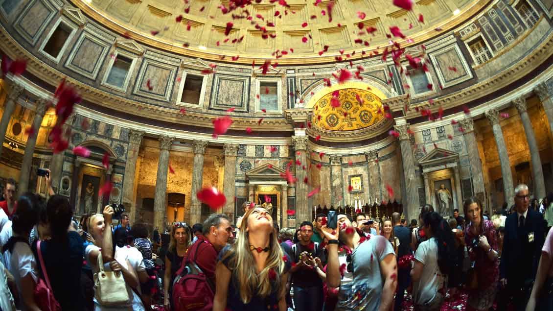 Jedes Jahr an Pfingsten rieseln im römischen Pantheon – einst Tempel, dann Kirche – tausende Rosenblätter durch das offene Dach auf die begeisterten Menschen herab.