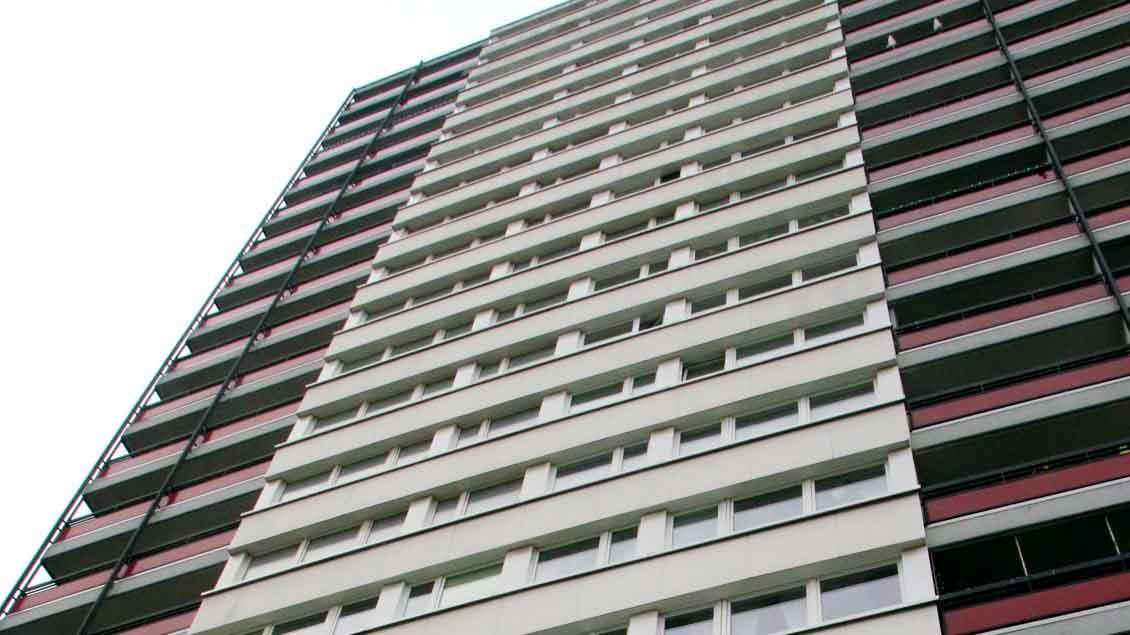 """Der """"Rote Riese"""" im Duisburger Stadtteil Homberg-Hochheide hat 20 Stockwerke und 114 Wohnungen."""