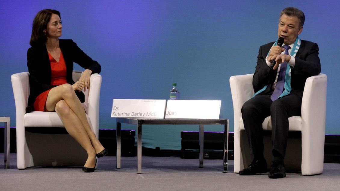 Der kolumbianische Staatspräsident und Friedensnobelpreisträger Juan Manuel Santos im Gespräch mit Bundesjustizministerin Katarina Barley (SPD) beim Katholikentag in Münster.