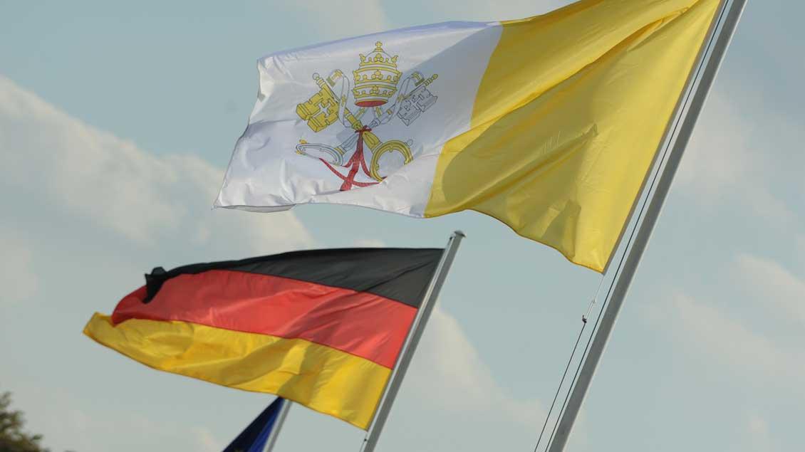 Fahnen von Deutschland und dem Vatikan.