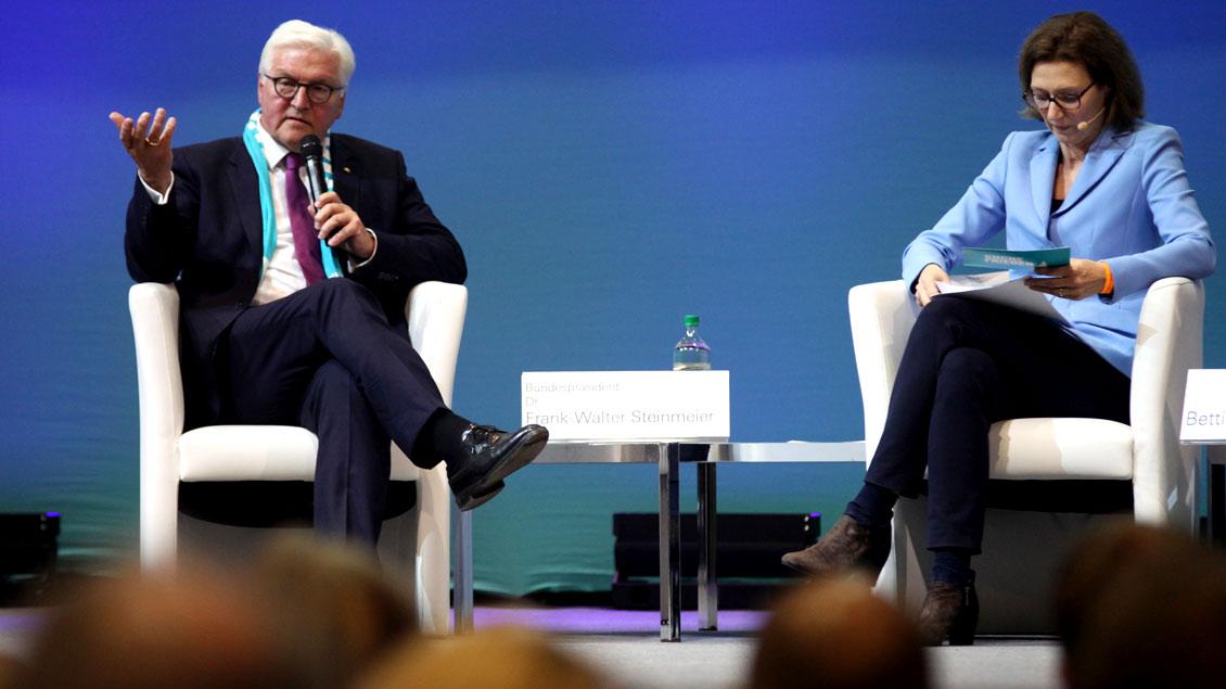 Podium zum Thema Frieden durch internationale Kooperation mit Bundespraesident Frank-Walter Steinmeier und Moderatorin Bettina Schausten, Leiterin des ZDF-Hauptstadtstudios.