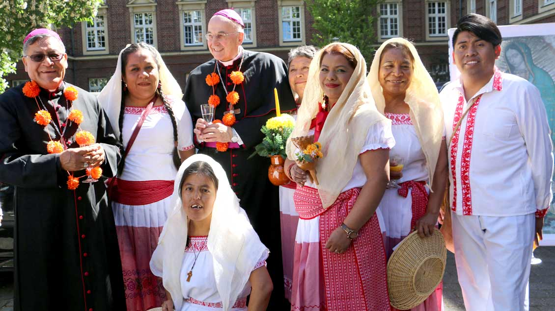 Mit Gästen aus Mexiko freuten sich Bischof Juan Pedro Juárez Meléndez (links) und Bischof Felix Genn über das Jubiläum. Foto: Kerstin Bücker (pbm)