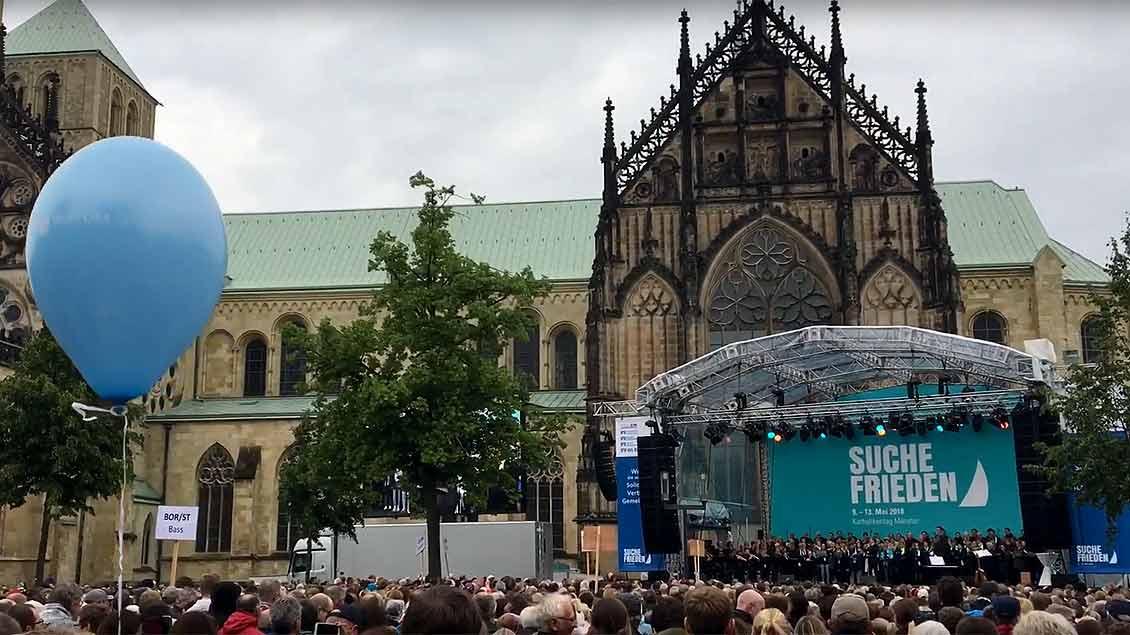 Ein Konzert der Superlative: 4300 Sänger aus dem Bistum Münster sangen vor dem Dom auf dem Katholikentag für eine friedvolle Welt.