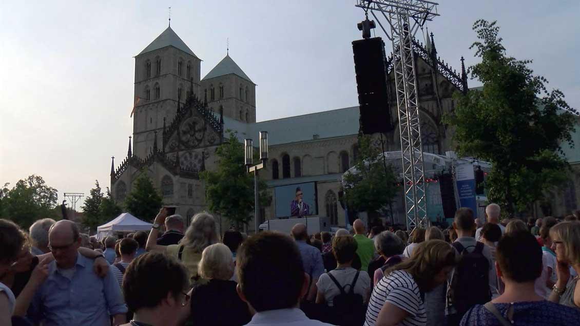 Mit der großen Strehlenfete an acht Orten in Münster, hier mit Götz Alsmann vor dem St.-Paulus-Dom, klang der Katholikentag am Samstag aus.