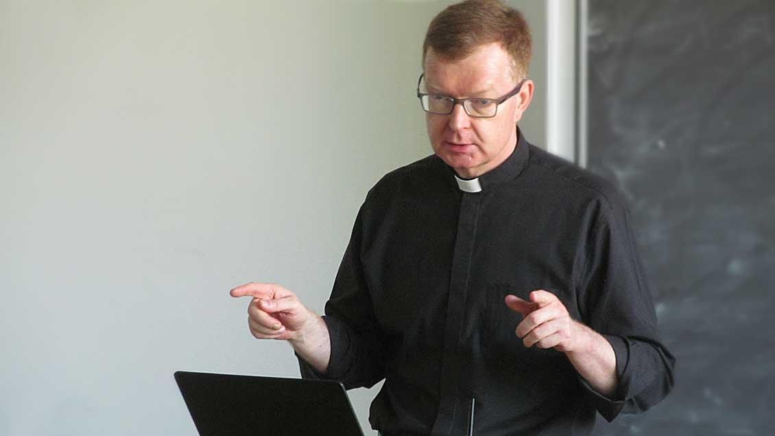 Der Theologe und Psychologe Professor Dr. Hans Zollner.