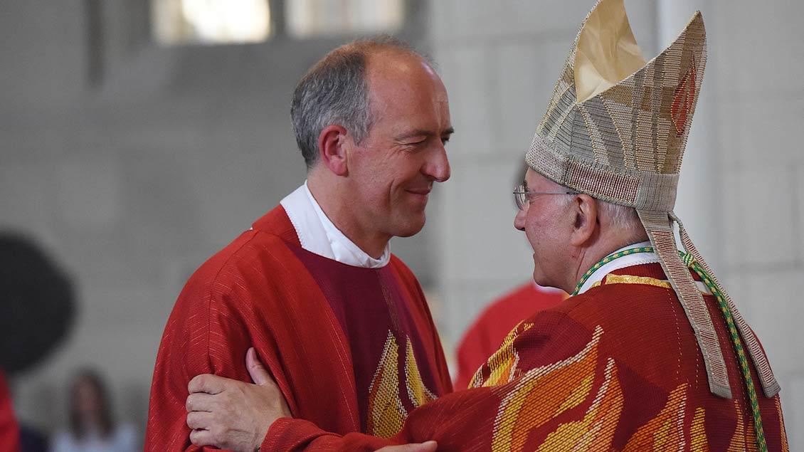 Bischof Felix Genn beglückwünscht Heinrich Thoben. | Foto: Michael Bönte