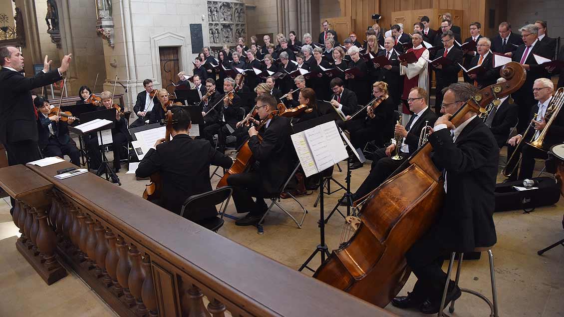 Der Domchor und das Sinfonie-Orchester Münster spielen unter der Leitung von Domkapellmeister Alexander Lauer. | Foto: Michael Bönte