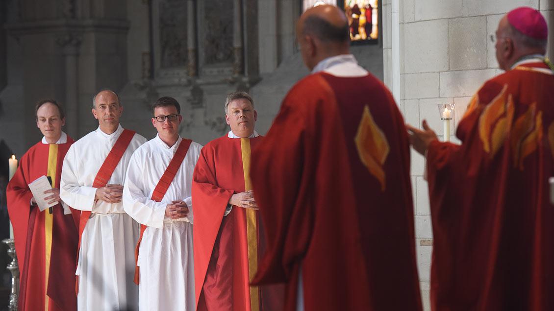 Aufmerksame Zuhörer: Niklas Belting und Heinricht Thoben hören auf die Worte von Bischof Felix Genn. | Foto: Michael Bönte