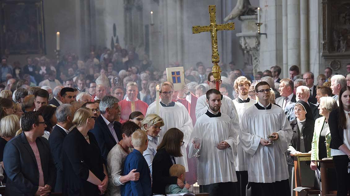 Der St.-Paulus-Dom ist vollbesetzt: Familien, Freunde und Gäste aus den Heimatgemeinden der Kandidaten sind gekommen. | Foto: Michael Bönte